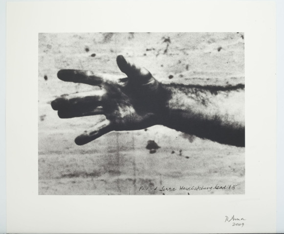 Richard_serra_hand_catching_lead_640x480